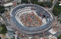 建設工事が進む新国立競技場=2018年7月20日、本社ヘリから西本勝撮影