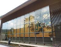巨大な風神雷神図の壁画が出迎えてくれる岡田美術館=神奈川県箱根町小涌谷で、青山郁子撮影