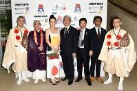 ジャポニスムの「Vision」プレミア上映会で奈良県ゆかりの人たちと。左から3人目が河瀬さん= パリ・シネマテークにて7月12日