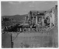 爆心地から120メートルにあり大破した農林中央金庫広島支所。左奥には、燃料会館(現レストハウス)と元安橋が見える=ゲイル・ヨシカワさん提供
