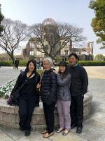 写真を寄贈したゲイル・ヨシカワさん(左)と母の吉川梅代さん(左から2人目)=ゲイルさん提供