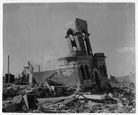 爆心地から620メートルにあった下村時計店。建物は大きく傾いている=ゲイル・ヨシカワさん提供