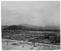 爆心地から260メートルの広島県商工経済会(現・広島商工会議所)から北東に向かって。手前の道は広島護国神社の参道=ゲイル・ヨシカワさん提供