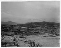 爆心地から260メートルの広島県商工経済会(現・広島商工会議所)から北に向かって。手前左は広島護国神社本殿=ゲイル・ヨシカワさん提供