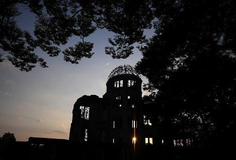 夕日で浮かび上がる原爆ドーム=広島市中区の平和記念公園で2018年8月5日午後6時35分、久保玲撮影