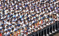 第100回全国高校野球選手権記念大会の開会式で水を飲む選手たち=阪神甲子園球場で2018年8月5日、平川義之撮影