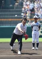 「甲子園レジェンド始球式」で投球する星稜OBの松井秀喜さん=阪神甲子園球場で2018年8月5日、平川義之撮影