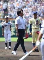 「甲子園レジェンド始球式」で投球を終え、笑顔を見せる星稜OBの松井秀喜さん(中央)=阪神甲子園球場で2018年8月5日、平川義之撮影