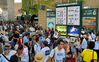 第100回大会の開幕を前に、大勢の観客が集まった甲子園球場周辺=阪神甲子園球場で2018年8月5日午前(代表撮影)