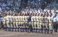 初戦を突破し、校歌を歌う星稜の選手たち=阪神甲子園球場で2018年8月5日、津村豊和撮影