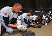 星稜に敗れ、グラウンドの土を集める藤蔭の選手たち=阪神甲子園球場で2018年8月5日、渡部直樹撮影