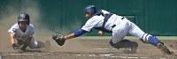 【済美―中央学院】四回表済美2死一、三塁、打者・矢野の時、重盗で三塁走者・山田(左)が生還する(捕手・池田)=阪神甲子園球場で2018年8月5日、猪飼健史撮影