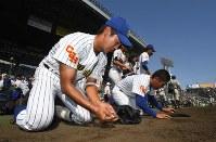 済美に敗れ、グラウンドの土を集める中央学院の選手たち=阪神甲子園球場で2018年8月5日、平川義之撮影