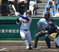 【済美―中央学院】一回裏中央学院1死、平野が右越え二塁打を放つ=阪神甲子園球場で2018年8月5日、猪飼健史撮影