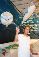 紙の造形作家の内藤秀信さん=福井市で、岸川弘明撮影