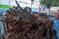 校庭の工事現場の地中から見つかった銃器=東京都西東京市の市立田無小で2018年8月6日午後4時41分、和田大典撮影