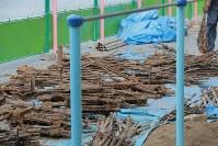 校庭の工事現場の地中から見つかった銃器=東京都西東京市の市立田無小で2018年8月6日午後4時31分、和田大典撮影