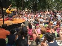 舞台を囲んでパフォーマンスを見物する人たち。子供を前に座らせたら大人は後ろへ、というのが見物のルールみたいです