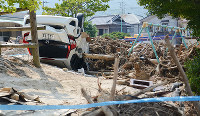 西日本豪雨の被災地では、避難所周辺でも流された車や木の枝が散乱する場所が多くあった=広島市安芸区で2018年7月19日、石川将来撮影