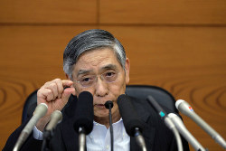 日銀の黒田東彦総裁は早期の金利引き上げを否定した (Bloomberg)