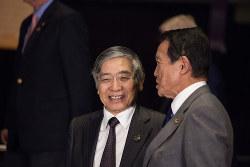 黒田東彦日銀総裁(左)と麻生太郎財務相。異次元緩和の副作用は頭痛の種だ(Bloomberg)