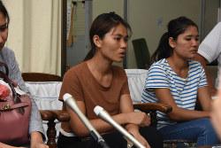 単純な受け入れ拡大は、人権侵害を助長しかねない。(岐阜県で長時間労働の被害を訴えるミャンマーの技能実習生)(毎日)