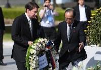 原爆慰霊碑に献花する米国のウィリアム・ハガティ駐日大使(左)。右は松井一実・広島市長=広島市中区の平和記念公園で7日午前8時57分、久保玲撮影