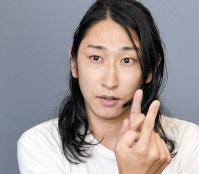 手話や筆談で会話する斎藤陽道さん。樹さんとは「一人の人として接している」という=木村滋撮影