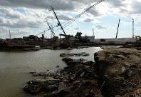 発生から10日が過ぎた鬼怒川の決壊現場。堤防の復旧工事が進められているが、流入した水が川のように残っていた=茨城県常総市で2015年9月20日午後2時47分、徳野仁子撮影