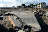 発生から10日が経って水が引き、アスファルトやコンクリートのがれきが残る鬼怒川の決壊現場=茨城県常総市で2015年9月20日午後3時18分、徳野仁子撮影