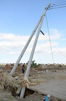 鬼怒川の決壊時、救助された男性がつかまっていた電柱=茨城県常総市で2015年9月20日午後3時26分、徳野仁子撮影
