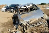 発生から10日が経って水が引いた決壊現場に残された乗用車=茨城県常総市で2015年9月20日午後3時28分、徳野仁子撮影