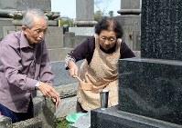 彼岸を迎え、墓参りに訪れた小林邦男さん(左)、きくさん夫婦=茨城県常総市で2015年9月20日午前9時47分、徳野仁子撮影