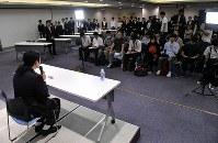 毎日新聞夕刊に初の新聞連載小説を執筆することが決まり記者会見するお笑い芸人で小説家の又吉直樹さん(左手前)=東京都千代田区の毎日ホールで2018年8月7日午後6時9分、宮間俊樹撮影
