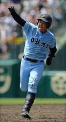 【近江―智弁和歌山】五回表無死、山田が本塁打を放ち、こぶしを突き上げて喜ぶ=阪神甲子園球場で2018年8月7日、渡部直樹撮影