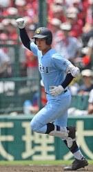 【近江―智弁和歌山】八回表近江2死一塁、北村が2点本塁打を放ち、こぶしを突き上げる=阪神甲子園球場で2018年8月7日、渡部直樹撮影