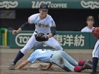 【前橋育英―近大付】六回裏近大付無死一塁、打者・花田の時、一塁走者・川瀬が飛び出しタッチアウト(野手・橋本)=阪神甲子園球場で2018年8月7日、猪飼健史撮影
