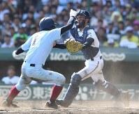 【前橋育英―近大付】八回裏近大付1死二塁、川瀬の左前打で二塁から大石が本塁を狙うもタッチアウト(捕手・小池)=阪神甲子園球場で2018年8月7日、平川義之撮影