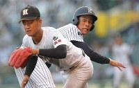 【益田東―常葉大菊川】八回裏常葉大菊川1死二塁、打者・奈良間の時、二塁走者・神谷が三盗成功、送球がそれる間に一気に本塁へ向かう(野手・稲林)=阪神甲子園球場で2018年8月7日、津村豊和撮影