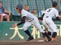 【益田東―常葉大菊川】八回裏常葉大菊川1死二塁、打者・奈良間の時、二塁走者・神谷が三盗成功、送球がそれる間に一気に本塁へ向かう(野手・稲林)=阪神甲子園球場で2018年8月7日、渡部直樹撮影