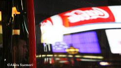 ロンドンのバスの窓ガラスに映るコカコーラの広告