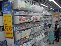 Air conditioners are seen on display at Bic Camera's Yurakucho store in Chiyoda Ward, Tokyo, on July 23, 2018. (Mainichi)