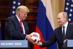 「トランプ氏(左)はプーチン氏の部下」の声も(Bloomberg)