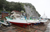Fishing boats are secured at a port in Katsuura, Chiba Prefecture, on Aug. 8, 2018, in preparation for strong Typhoon Shanshan, which is expected to approach eastern Japan. (Mainichi)