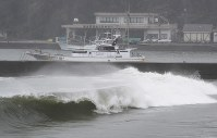 High waves due to Typhoon Shanshan surge at a beach in Katsuura, Chiba Prefecture, on Aug. 8, 2018. (Mainichi)