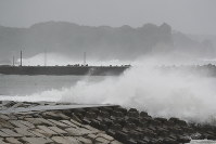 High waves due to Typhoon Shanshan hit a breakwater in Katsuura, Chiba Prefecture, on Aug. 8, 2018. (Mainichi)