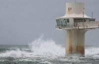 台風13号の影響で押し寄せる高波=千葉県勝浦市で2018年8月8日午前10時33分、玉城達郎撮影