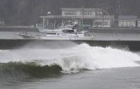 台風13号の影響で砂浜の近くまで押し寄せる高波=千葉県勝浦市で2018年8月8日午前9時29分、玉城達郎撮影