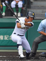 【花咲徳栄―鳴門】一回裏鳴門2死二塁、浦が左前適時打を放つ=阪神甲子園球場で2018年8月8日、平川義之撮影
