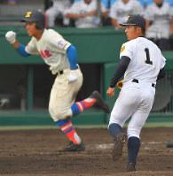 【花咲徳栄―鳴門】八回表花咲徳栄2死一、二塁、井上(左)に2点二塁打を打たれ、打球の行方を追う鳴門の西野=阪神甲子園球場で2018年8月8日、平川義之撮影